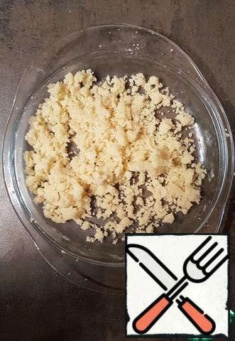 Prepare the sprinkle-crumbs. Flour, sugar, butter chop into crumbs, preferably small.