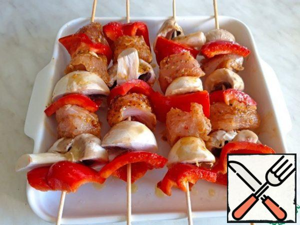 Assemble the skewers: skewer a piece of meat, a piece of pepper and half a mushroom, then-in the same order.