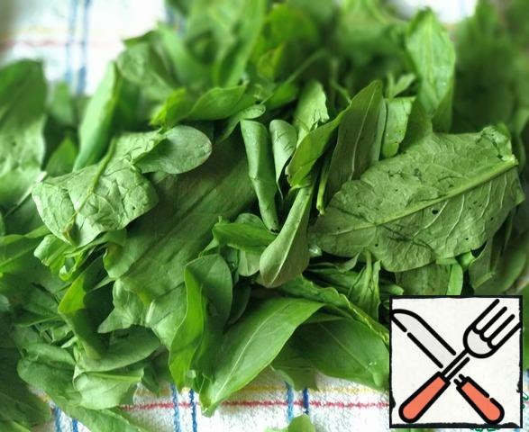 In sorrel, separate the leaves from the stalks, wash the leaves well and dry on a towel. Then finely cut.