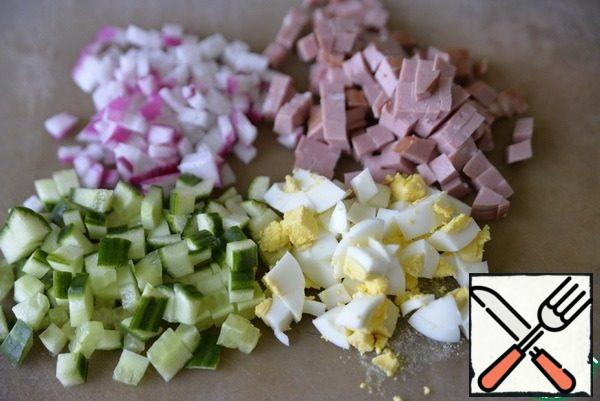Cut into cubes radish, cucumber, sausage (I have boiled) and egg. One egg is left for serving.