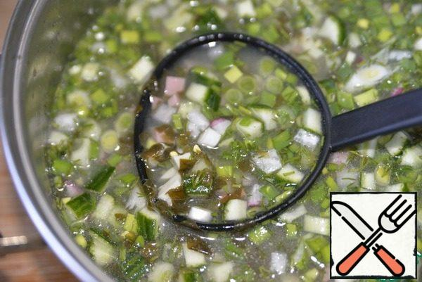 Put in the cooled sorrel broth vegetables, herbs, eggs and sausage, mix, put in the refrigerator for 2 hours.