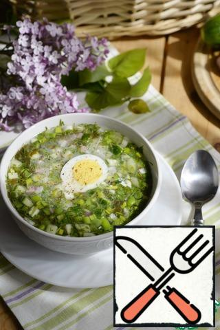 Serve chilled okroshka with sour cream, a circle of eggs, sprinkle with freshly ground pepper mixture. Bon Appetit!!!