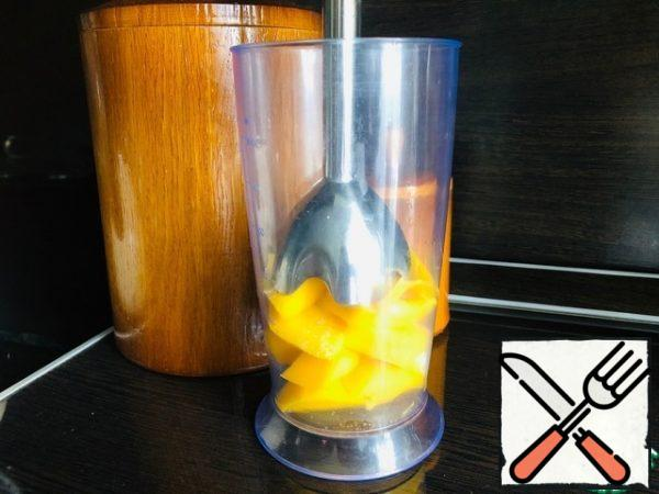 Mango peel and cut into pieces, add 1 tbsp of sugar. Using a blender, turn into a homogeneous puree.