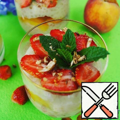 Before serving, put the strawberries on the pudding, garnish with a sprig of mint, sprinkle with nuts or chocolate. And let the whole world wait...