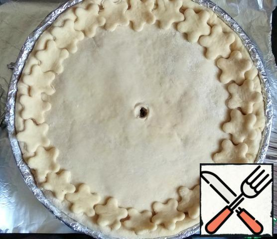 From the excess dough, using molds, cut flowers, decorated the cake. Make a hole in the center of the pie. Cook in the oven, preheated to 180 degrees, 40-50 minutes, until Golden.