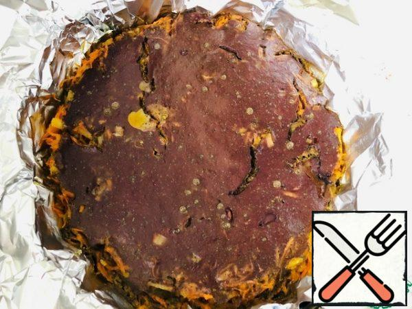 The finished liver cake is taken out of the oven, let it cool completely in the form, then put the form in the refrigerator for at least 1 hour.