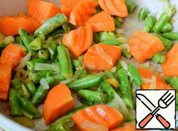 Fry the onion and carrot in vegetable oil. Add the beans, fry for 5 minutes, medium heat.