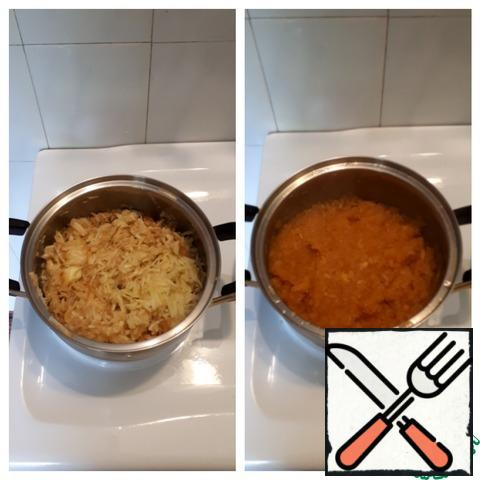 Add sugar to the apples, heat almost to a boil, then reduce the heat to a minimum and cook for another 30 minutes, stirring occasionally.