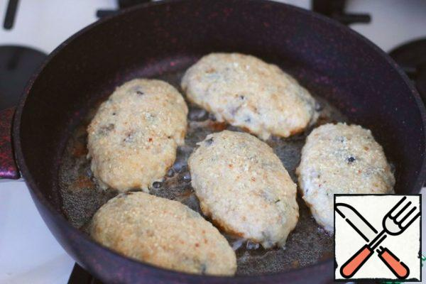 Add 4 tablespoons of vegetable oil to the pan and heat the pan. Place the cutlets in a preheated pan.