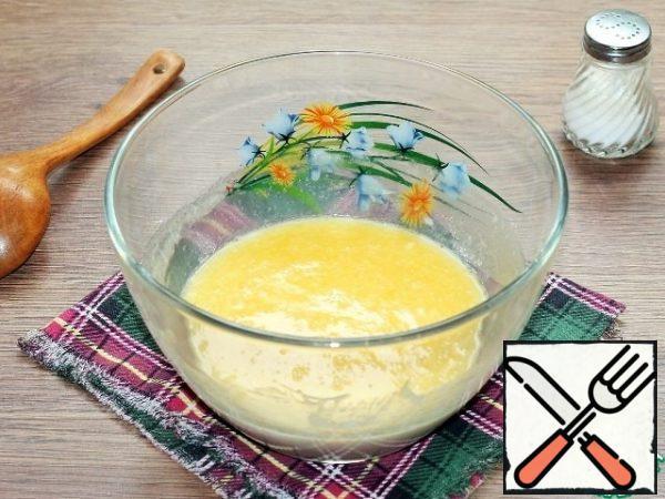 Prepare the dough. Melt the butter in warm milk. Add 1 tbsp of sugar, vanilla sugar and sourdough.
