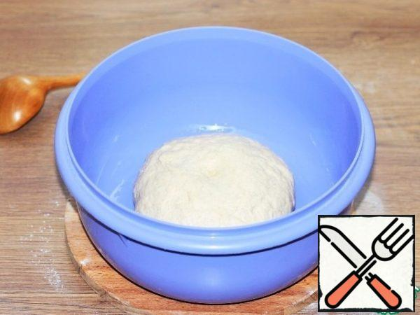 Grease the bowl with vegetable oil and spread the dough. Cover the bowl with a film or transparent bag and put in a warm place until the dough increases by 2.5 times.
