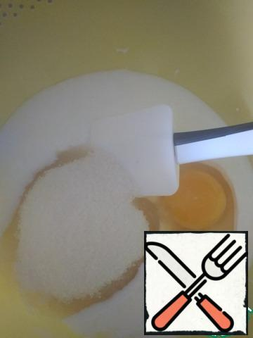The ingredients are given for the cake 16 cm in diameter, so if the shape is larger, feel free to increase the number of ingredients, at least 1.5 times, and then 2. Mix the kefir, egg, sugar and soda. You can use a spatula, but for speed it is better to use a mixer.