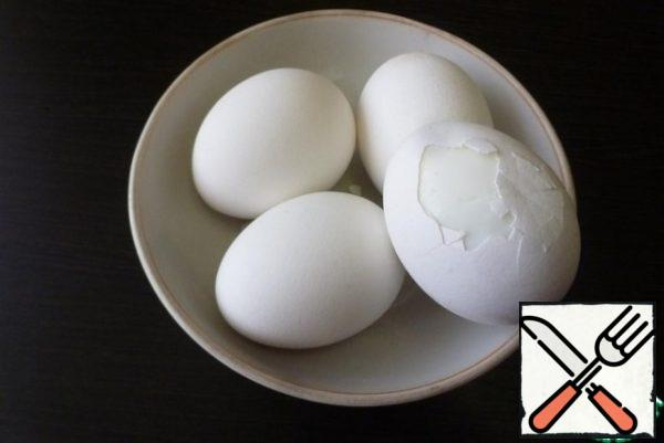 Cook the desired amount of chicken eggs hard-boiled and cool in cold water. Peel off the shell. Cut in half and remove the yolk.This amount of ingredients for the filling is enough to stuff 3-4 eggs.