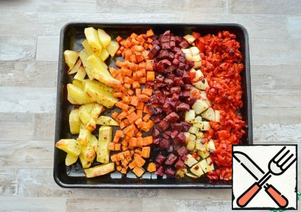 Bake at 180°With about 40-50 minutes. Be guided by the color of the vegetables, they should be slightly browned and become soft.Do not turn off the oven!