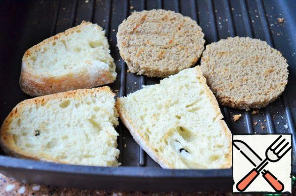To serve, dry the pieces of baguette or rye bread in a dry pan.