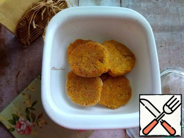 Cutlets are ready. I put them in a ceramic dish under the lid.