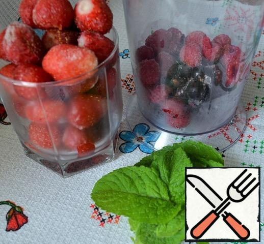You can also use previously frozen berries.