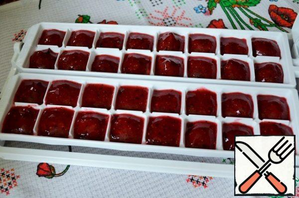 Mix the syrup and berry puree. Try again. Spread out on the molds for freezing.