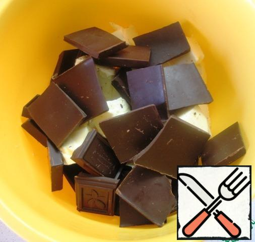 Pieces of butter and dark chocolate (used bitter chocolate 85%) to melt in a water bath.