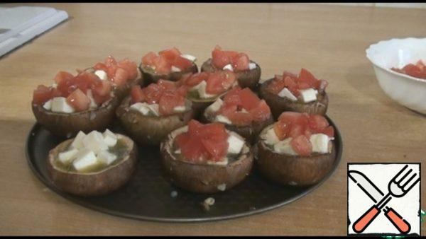 Then diced tomatoes, pepper to taste. Send to the oven, bake at 180 degrees for about 25 minutes, look at your oven.