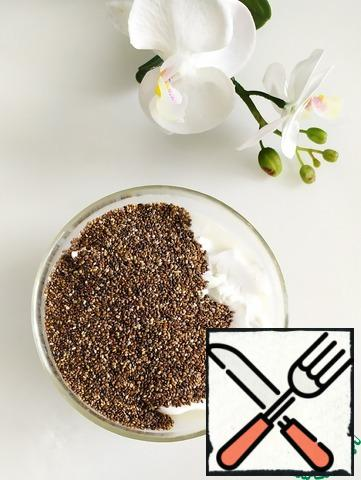 In a bowl, combine 300 gr. of soft cottage cheese and 4 tablespoons of Chia seeds.