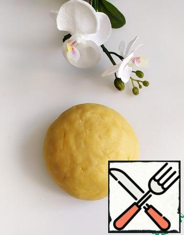 Mixing dough. You do not need to knead for a long time, as long as it is collected in a lump. Put it in a bag and put it in the refrigerator for 30 minutes.