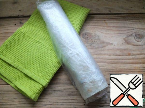 Twist into a tight roll, wrap with cling film and put in the refrigerator, after a couple of hours you can cut and eat The roll is ready!