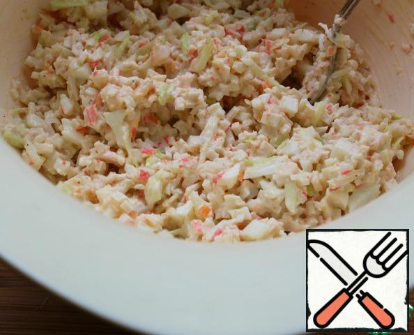 Mix and adjust the taste - for salt, mayonnaise, pepper.