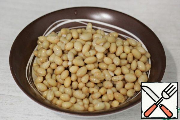 Put the canned beans on a sieve, rinse and let the water drain. You can, of course, boil the beans yourself, this is anyone who wants.