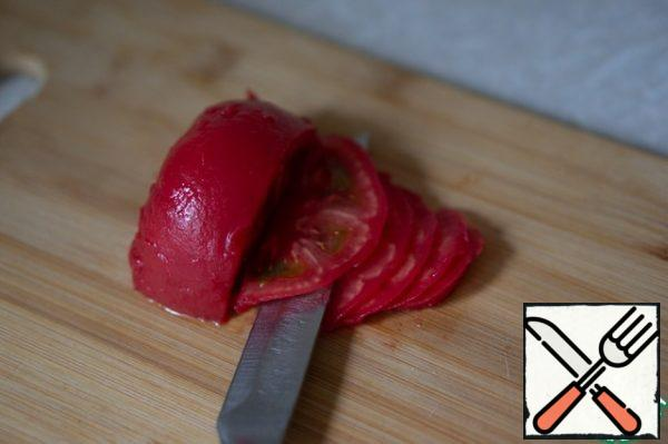 Cut the tomato into thin slices. If it is very juicy, you can remove the part with seeds.