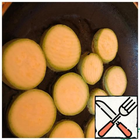 Wash the zucchini and cut into circles. Fry in vegetable oil on both sides.