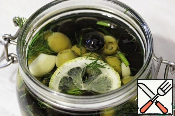And put it in a jar. Pour all the olive oil and close the jar (not hermetically). Leave at room temperature for 1 day, then put in the refrigerator for 5-6 days.