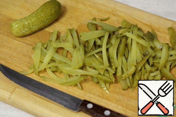 Cut the pickles into strips.