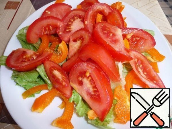 Pepper cut at random, tomato cut into slices. Place on a lettuce leaf and sprinkle with garlic powder.