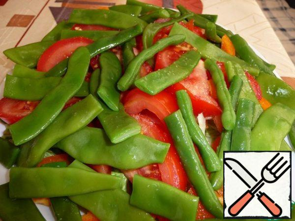 Top with string beans. I have already boiled (cut the beans into pieces, boil in boiling salted water for 5 minutes, drain, rinse under cold water, let the water drain).