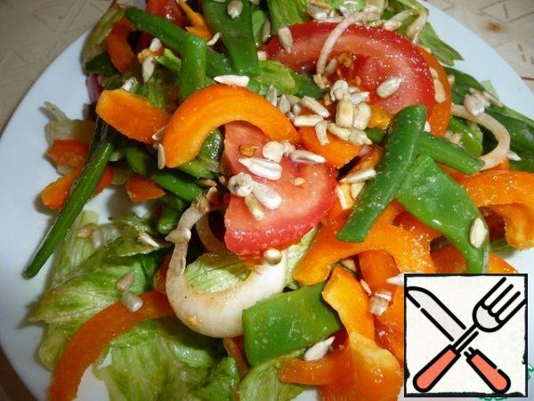 Add salt and pepper to taste, mix the salad and leave it to infuse for 10 minutes.