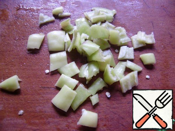 Cut the Bulgarian pepper into cubes.