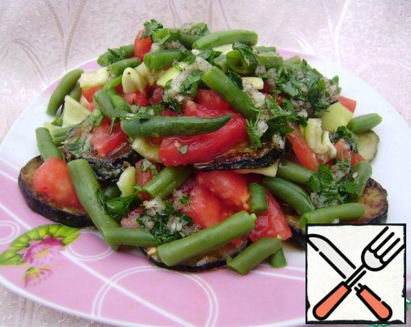 Put the vegetables on a plate and fill with the dressing.