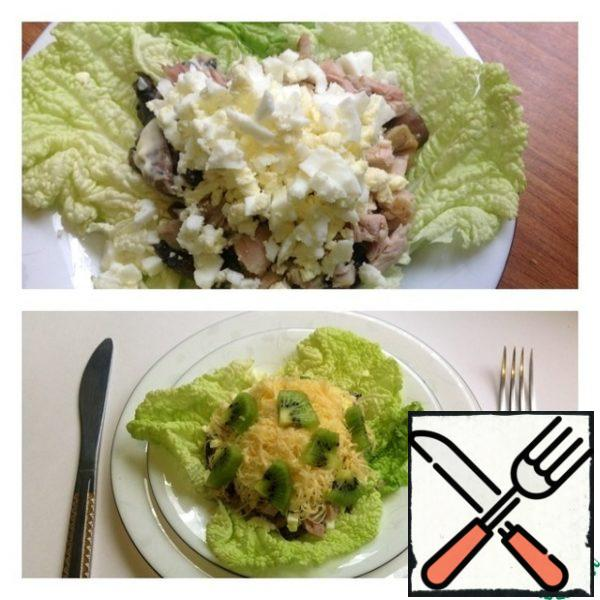 On the lettuce leaves, spread the cooled mushrooms with onions. Then a layer of mayonnaise or sour cream. Who likes it. Next, a layer of boiled chicken breast, cut into small cubes.