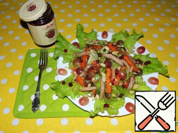 Spread the salad leaves on a large plate. In the center of the slide, put the salad. Sprinkle the pumpkin seeds fried with salt (I do this in the microwave for 1 minute). Delicious food is ready! In cold form, it is also very tasty.