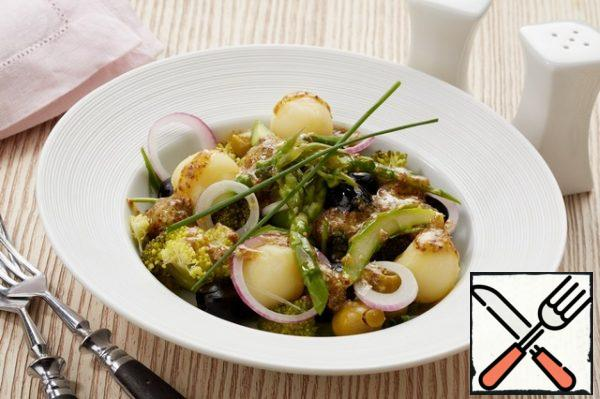 Mix potatoes, olives, olives, broccoli, asparagus and onions. Cut the green onions. Put the salad on a plate, pour the sauce and garnish with herbs.