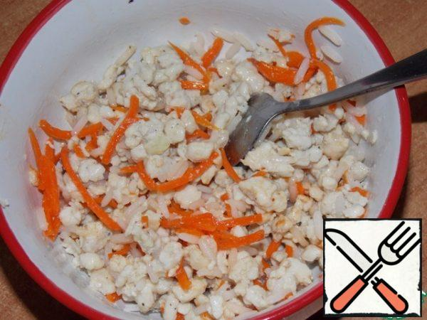 Fry the minced chicken in vegetable oil until ready, add it to the carrots and rice to cool. Add salt and pepper to taste.