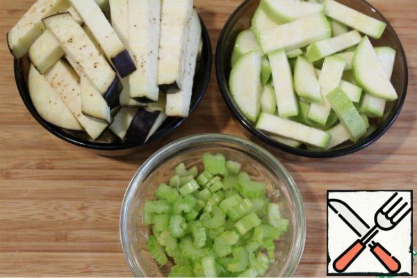 Wash the zucchini, eggplant and celery stalk and dry. Cut the zucchini and eggplant first into rings, and then into cubes, do not peel the skin!!! Chop the celery stalk with plates.