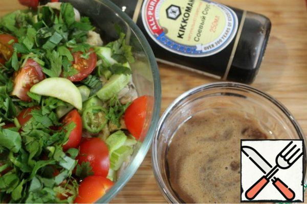 For the sauce, mix soy sauce, balsamic, 2 tbsp vegetable oil, wine vinegar and honey to taste. Hot oyster mushrooms spread in the vegetables and pour the sauce, add chopped herbs, chili rings to taste and cherry tomatoes, mix.