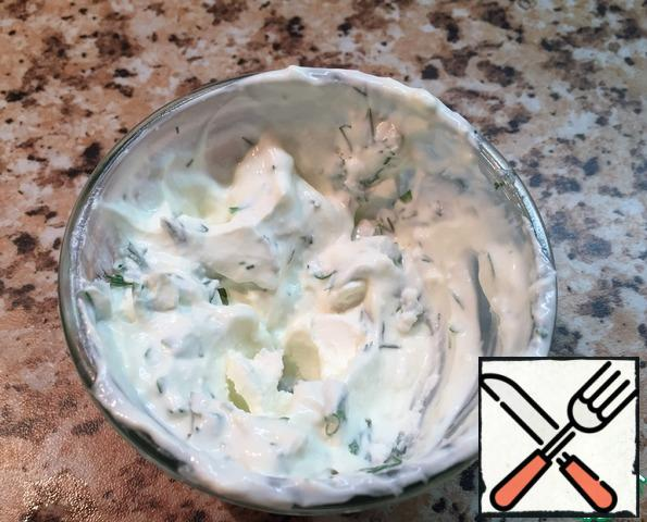 For sauce use a fork to mix 50 g of feta cheese with two full spoons of sour cream and chopped herbs. Speaking of sauce - it is universal! Suitable for salad and baked potatoes, and on bread spread delicious! You can also add garlic, but the salad I do not want.