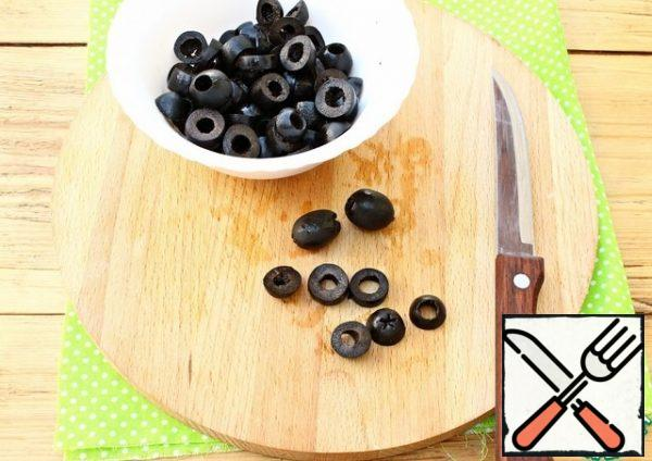 Cut the olives into rings.