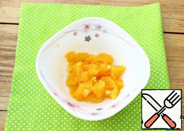 Peel the oranges. Put the slices on a plate and remove the film from them. Cut the peeled slices into medium pieces. We will add the juice that will remain on the plate after the peeling process to the dressing.