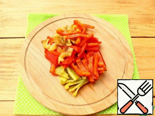 Remove the peppers from the skewers, put them in a bag or in a tightly closed container and leave for 15 minutes.