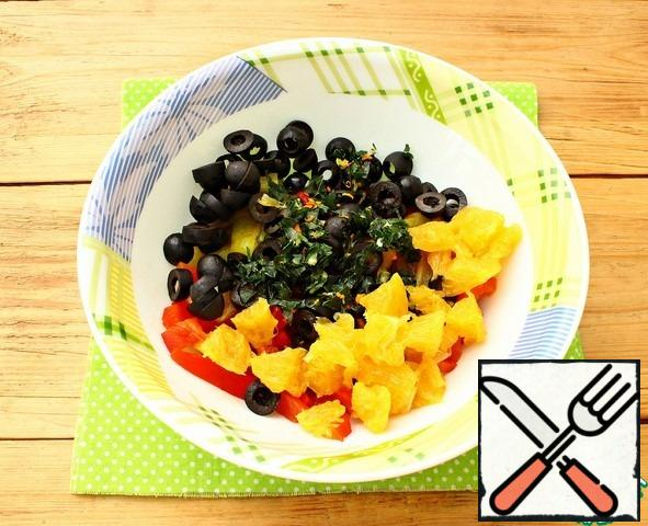 In a Cup, mix the strips of pepper, garlic with parsley and zest. Add orange slices.