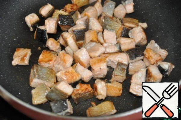Fry pieces of fish over medium heat so that they are browned on all sides.  The total time is 5 minutes, do not overdry. Place the fish pieces on a paper towel to remove excess oil and let cool.